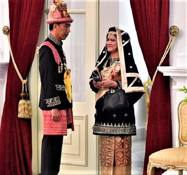 Jokowi dengan baju adat Aceh