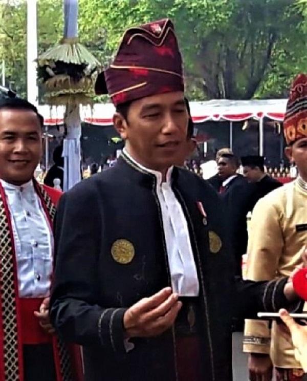 Jokowi dengan baju adat Banjar