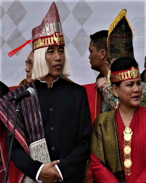 Jokowi dengan topi Batak
