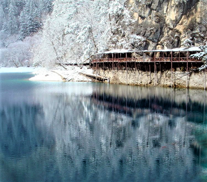 Crystalline Turquoise Lake di Jiuzhaigou