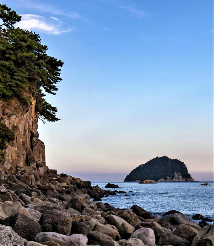 Menikmati Keindahan Air Terjun Jeongbang Jeju Island