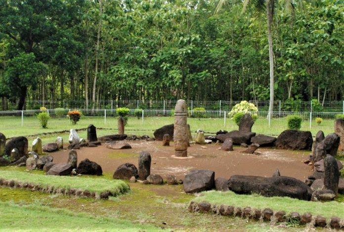 Berkunjung ke Taman Purbakala Pugung Raharjo