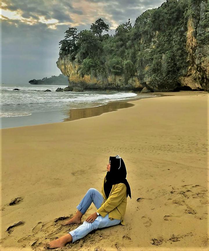 Mengeksplore Goa-Goa di Kawasan Pantai Goa Langir
