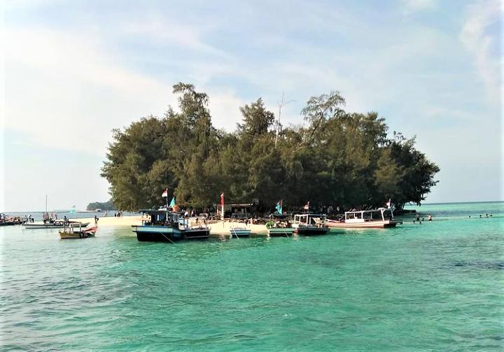 Yuk Kemping di Pulau Dolphin, Pulau Tak Berpenghuni nan Cantik