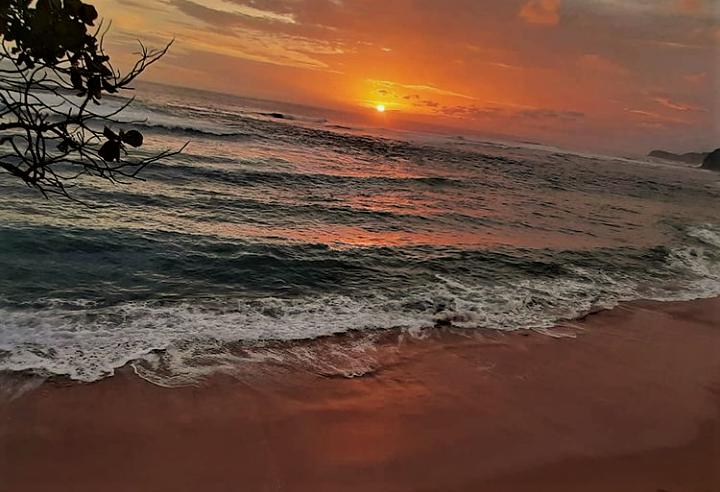 Sunset Menggoda di Pantai Ngliyep Malang