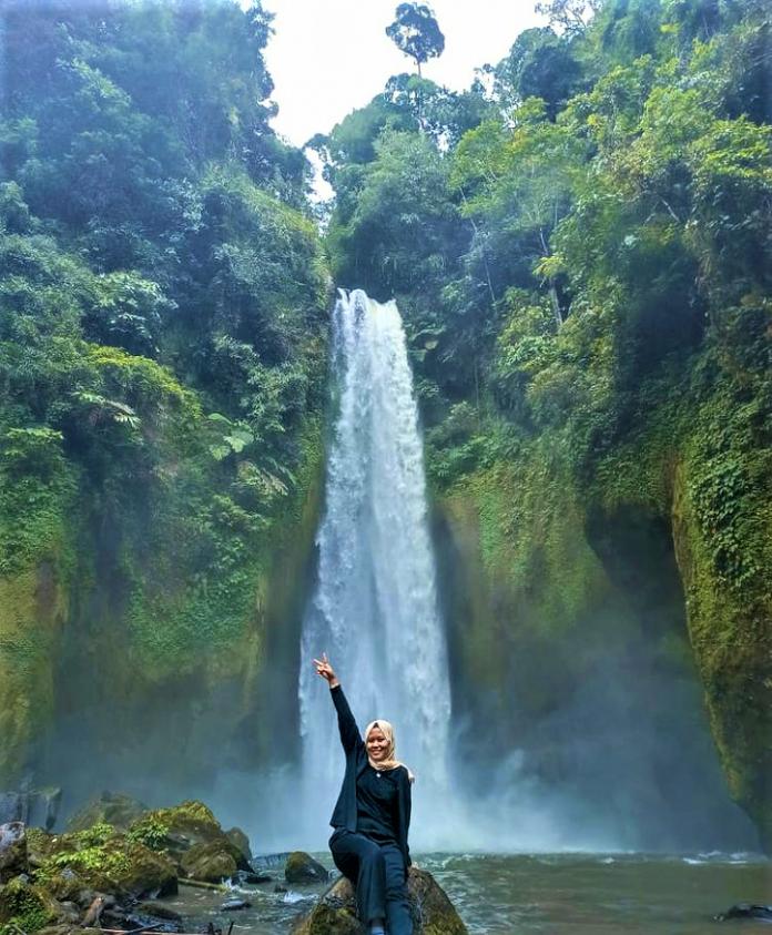 Menikmati Air Terjun Dukun Betuah, Sensasinya Begitu Luar Biasa!