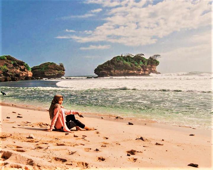 Sensasi Mengisi Liburan di Pantai Watu Karung