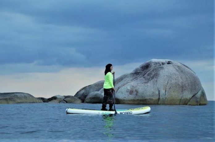 Stand Up Paddle di Pantai Tanjung Tinggi, Sungguh Mengasyikkan!