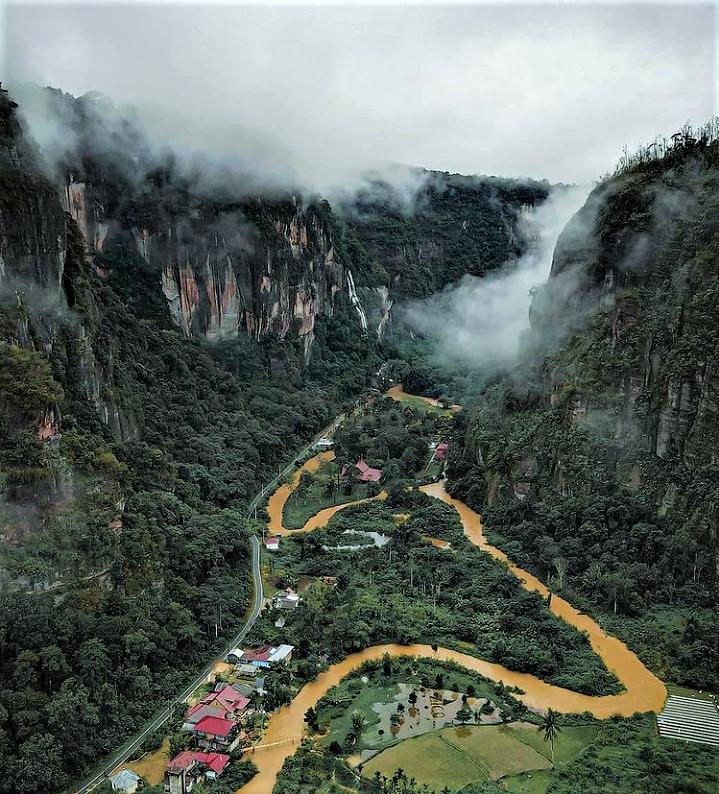 Pesona Tebing dan Air Terjun di Lembah Harau